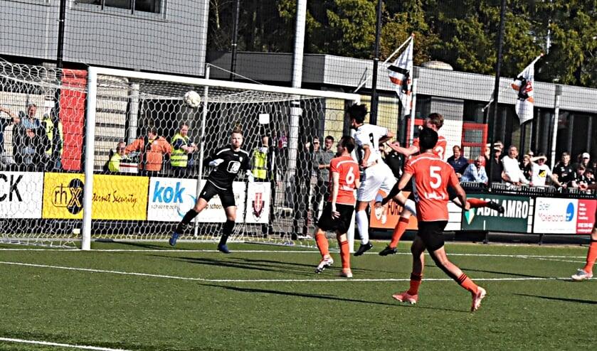 Maarten Reyneveld (9)  kan niet bij de bal om de score te openen. |Foto: Piet van Kampen