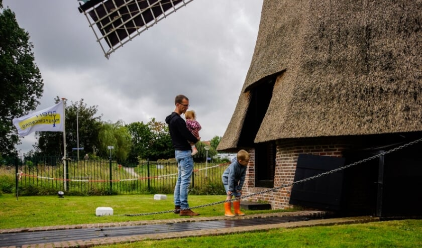 <p>De winnende foto van Open Monumentendag in Lisse: kleine en grote bezoekers kijken bij de Zemelpoldermolen.</p>