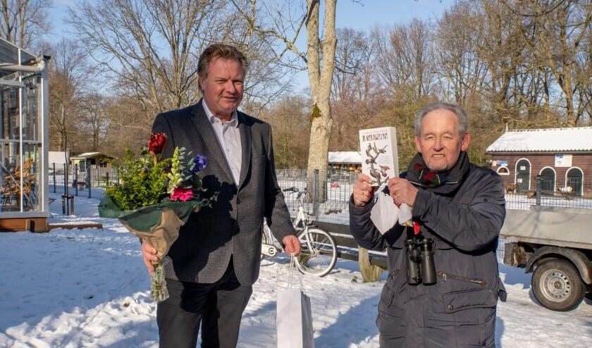 <p>Bert van Eijk (rechts) kreeg cadeautjes en bloemen van wethouder Rik van Woudenberg. | Foto: J.P. Kranenburg&nbsp;</p>