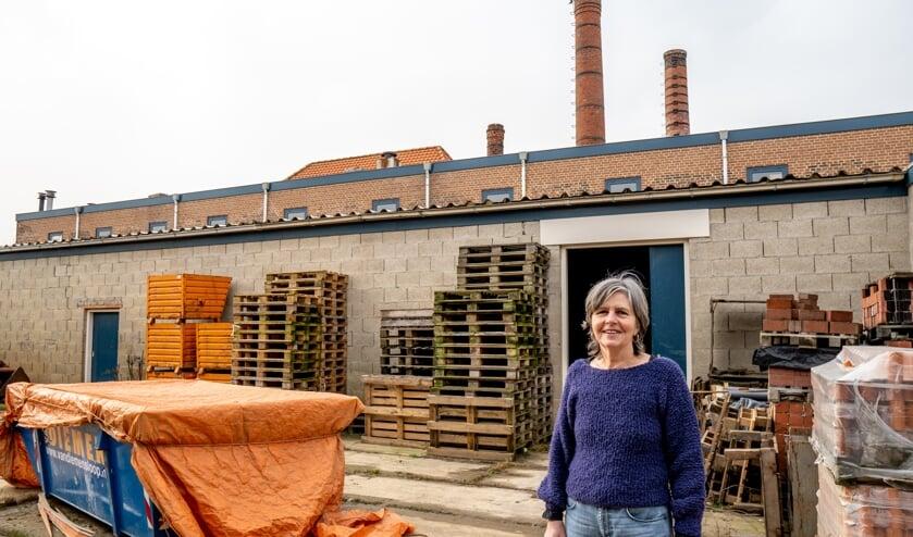 <p>Jolanda Ginjaar op de binnenplaats van de kleiwarenfabriek.&nbsp;</p>