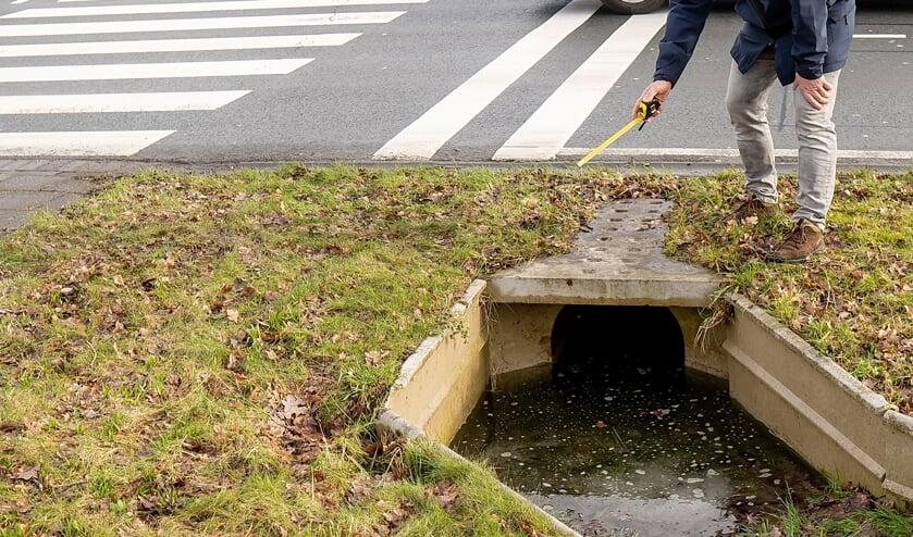 <p>Edwin Brussee op de middenberm van de Engelendaal bij de ingang van de tweede tunnel van de faunapassage, die ook vorige week weer onder water stond. | Foto: J.P. Kranenburg</p>