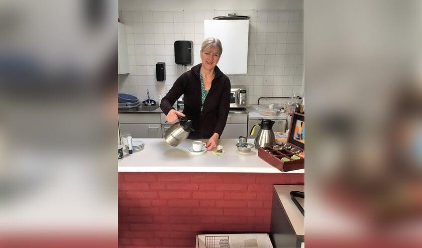 <p>Ariette van Hespen schenkt koffie in in de huiskamer van Lumen in het Dorpscentrum. | Foto Wim van Tuijl</p>
