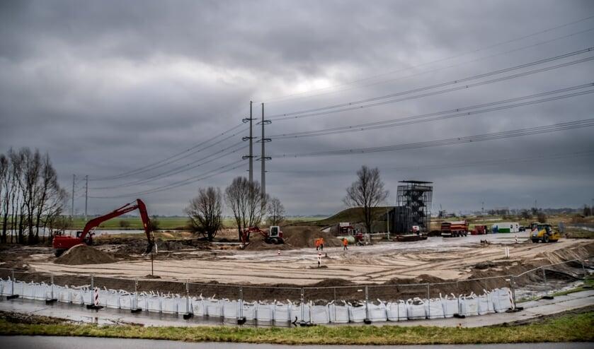 <p>Op de slappe veenbodem is een flink pakket grond gestort.   Foto: J.P. Kranenburg</p>