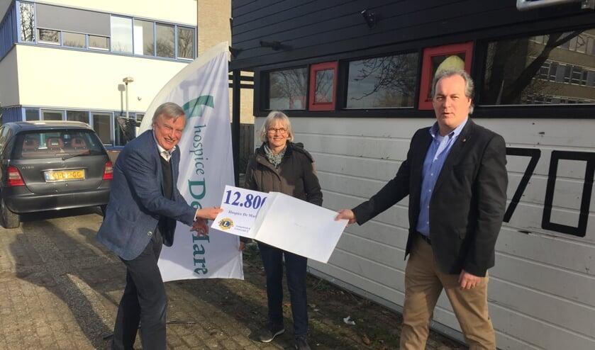 <p>Lions president Erwin van Achthoven (rechts) overhandigt de cheque aan Nelly van der Does en Roeland van Velzen van Hospice de Mare, die zeer verguld waren met deze eerste bijdrage uit de Leiderdorpse gemeenschap voor het hospice.</p>