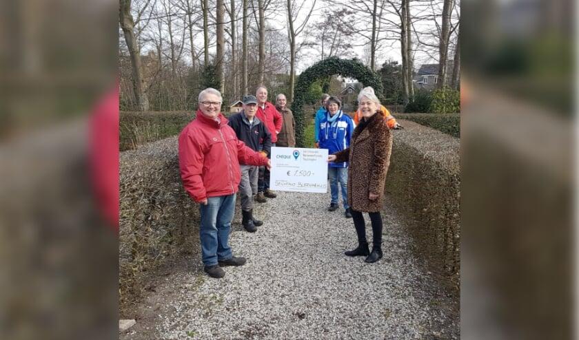 <p>Teun Nelemans en de vrijwilligers (l) ontvangen de cheque van het Jacoba van Beierenfonds van Mary van Putten (r).   Foto: pr.&nbsp;</p>