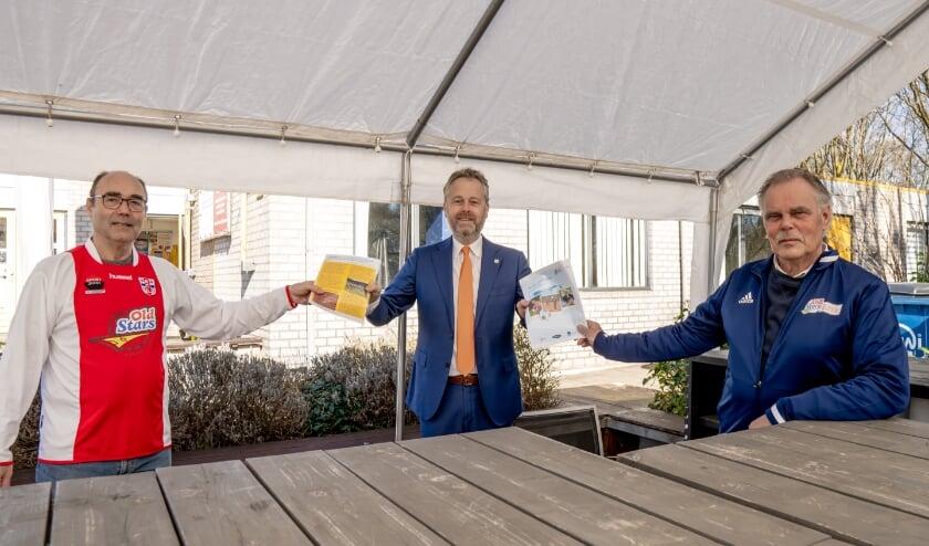 Rob van der Groen (links) en Koos Koster overhandigde het onderzoek van het Ouderenfonds aan sportwethouder Willem Joosten. | Foto: J.P. Kranenburg