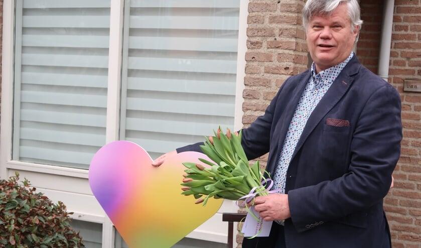<p>Ook wethouder Kees van der Zwet deelde bij een actie in coronatijd bloemen uit. Deze was ge&iuml;nitieerd door het Bloemencorso Bollenstreek.</p>