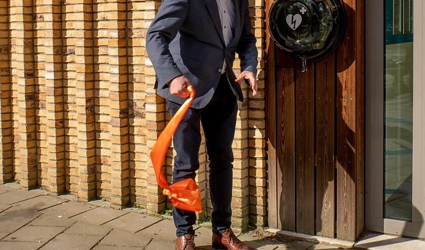 <p>Wethouder Daan Binnendijk heeft net de AED bij basisschool De Leeuwerik onthuld. | Foto: J.P. Kranenburg</p>