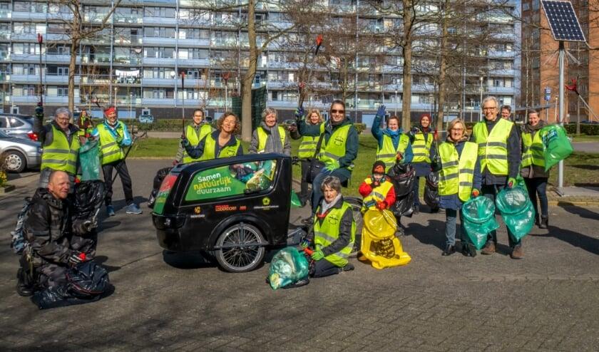<p>De Straatjutters samen met een aantal 'losse' vrijwilligers tijdens de Opschoondag in maart dit jaar.</p>