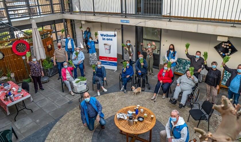 <p>Ook de senioren die meedoen aan het Balkonbewegen aan de Bloemendaalselaan kregen woensdag een bosje tulpen.</p>