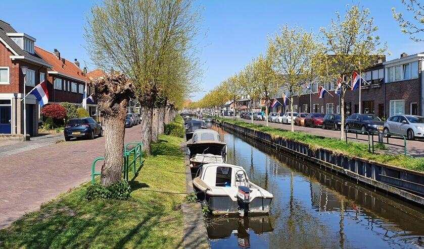<p>De Postwijkkade (links) en de Zandslootkade gezien vanaf de Oude Post brug aan de Hoofdstraat.</p>