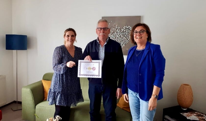 <p>Corina van Diest (Lopen Tegen Kanker) reikt een cheque uit aan Evert Franse en Ritha Bakker (Inloophuis Samenhuis).   Foto: pr.</p>