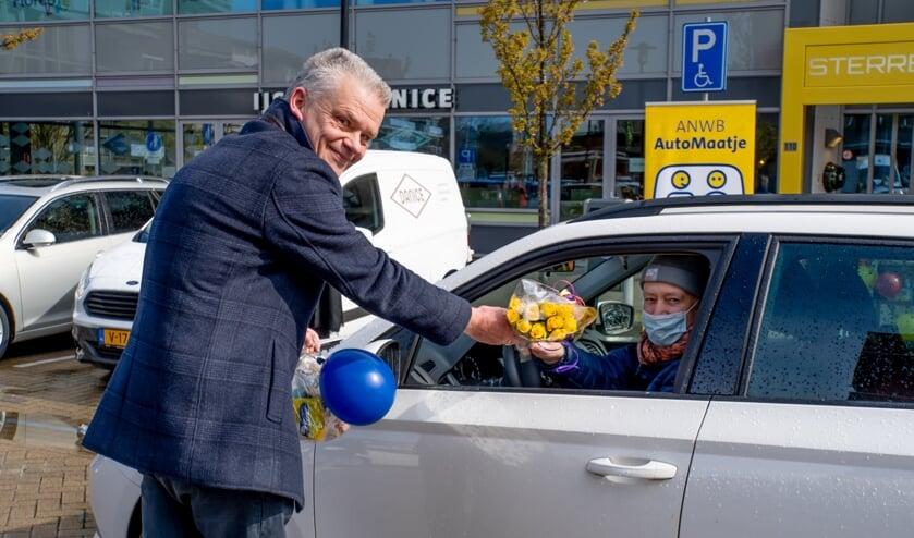<p>Wethouder Daan Binnendijk overhandigt bloemen aan vrijwilliger George.</p>