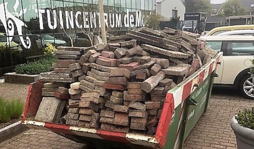 <p>De actie 'steen er uit, plant er in' leverde bij tuincentrum De Mooij in Rijnsburg een volle bak met stenen op. | Foto: pr</p>