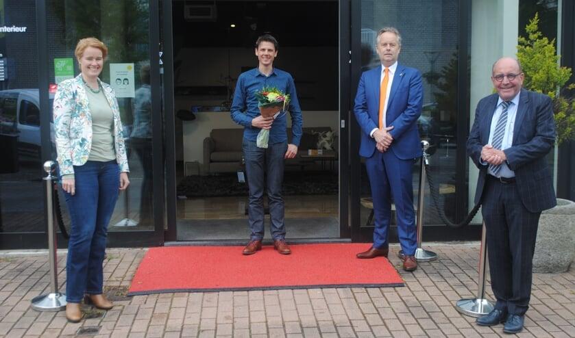 V.l.n.r. Lorien de Roode (voorzitter LOV), Michel Houweling, wethouder Willem Joosten en Bart Keijzer (winkelmanager WOOON Leiderdorp) bij de entree van Houweling Interieur.