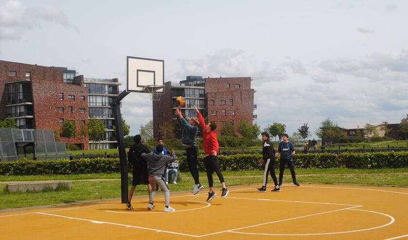 <p>Bij 3x3 basketbal spelen twee teams van drie basketballers op een half veld met &eacute;&eacute;n basket.</p>