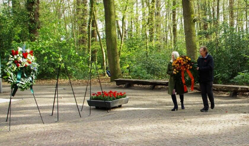 <p>Linda van der Zon en Aart-Teun Veldhuyzen leggen namens de Oranjevereniging een krans.   Foto Willemien Timmers</p>
