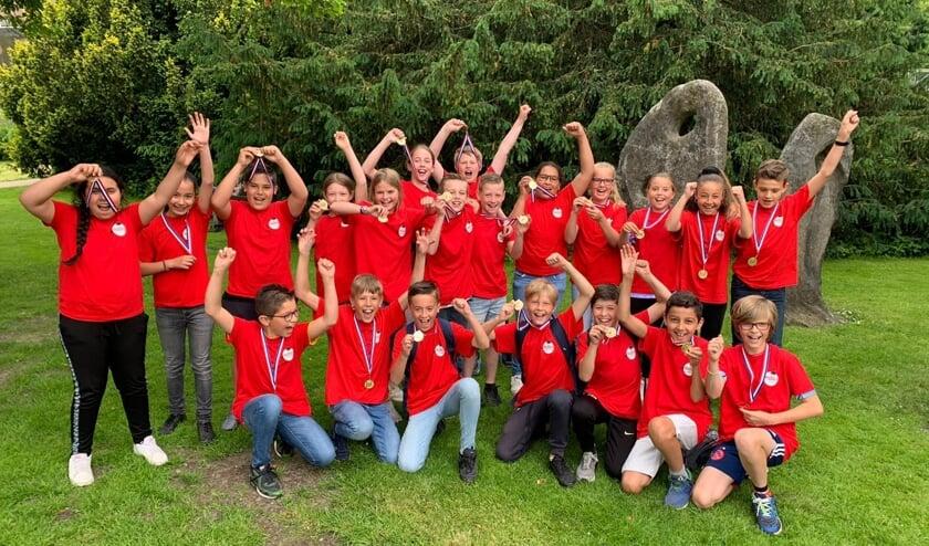 <p>De leerlingen van groep 7 van de Hobbit met hun medailles.</p>