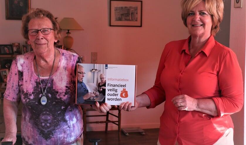 <p>Rabobankmedewerker Ivette van Houdt overhandigt de informatiebox &#39;Financieel veilig ouder worden&#39; aan een inwoner van een zorginstelling.&nbsp;</p>