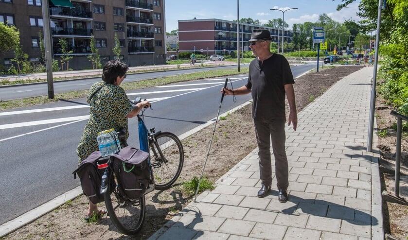 <p>Koos Ouwehand spreekt een fietsster aan die over het voetpad rijdt. | Foto: Adrie van Duijvenvoorde</p>