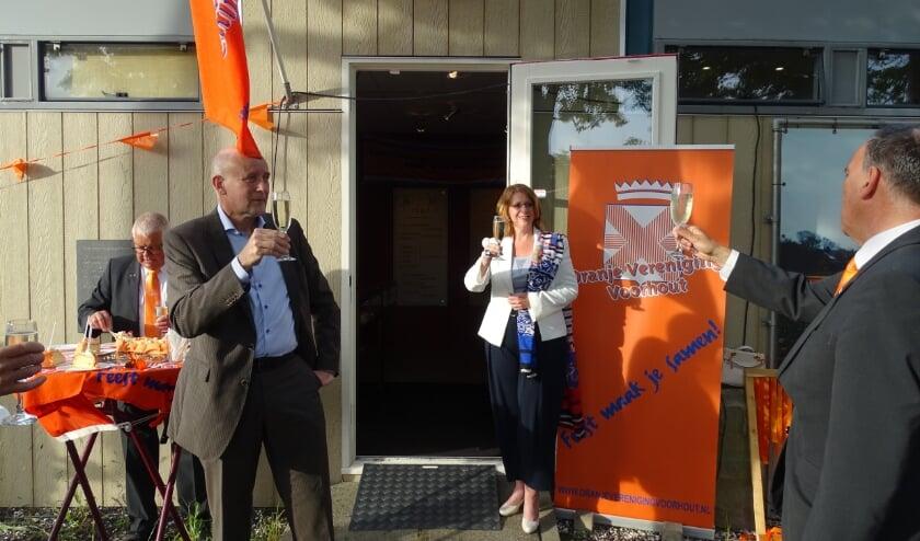 <p>Wethouder Van Kempen (l) en burgemeester Breuer (m) toosten met OVV-voorzitter Ton Wolvers (r). | Foto: pr.</p>
