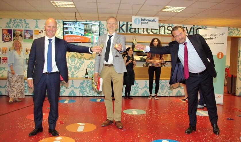 <p>Demissionair staatssecretaris Raymond Knops, wethouder Jan Nieuwenhuis en Nationale ombudsman Reinier van Zutphen heffen het glas op het tweehonderdste IDO.   Foto Willemien Timmers</p>