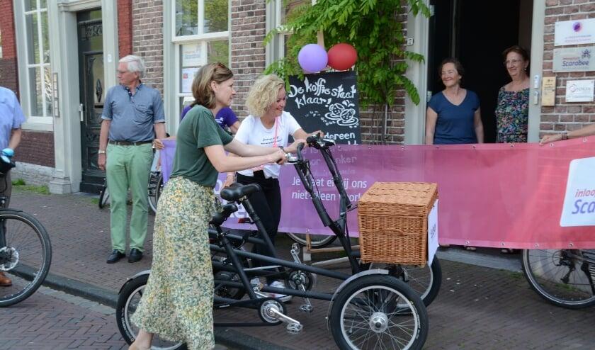 <p>Evelien en Wethouder Marleen Damen arriveren bij Scarabee.</p>