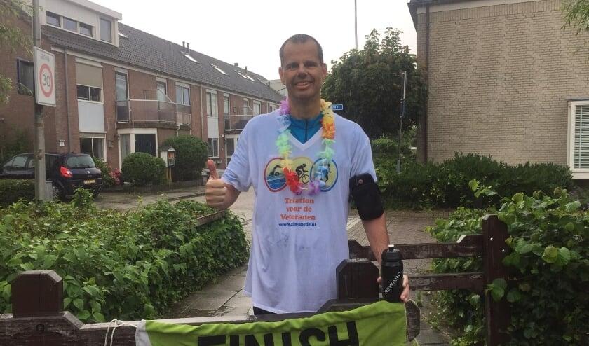 <p>Op een regenachtige zaterdag finisht Joep Derksen de Triatlon voor Veteranen in 3:53:08. | Foto: pr.</p>