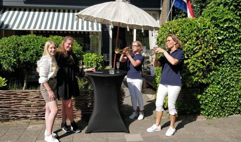 <p>Daphne en Annelotte (links) en Geeri Bakker en Christine van der Aarts van Crescendo (rechts).&nbsp;</p>