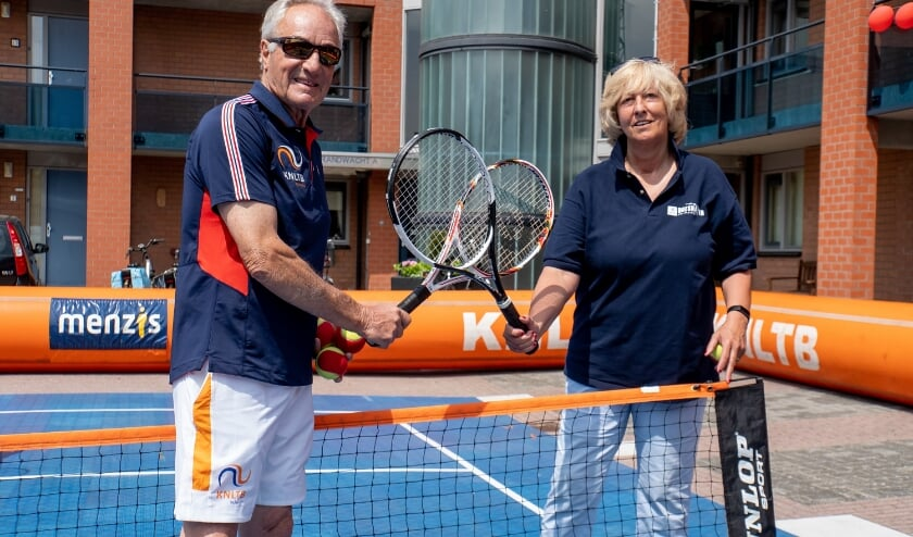 <p>Tennislegende Tom Okker en burgemeester Laila Driessen nemen een rustmomentje om te poseren voor het Leiderdorps Weekblad.</p>