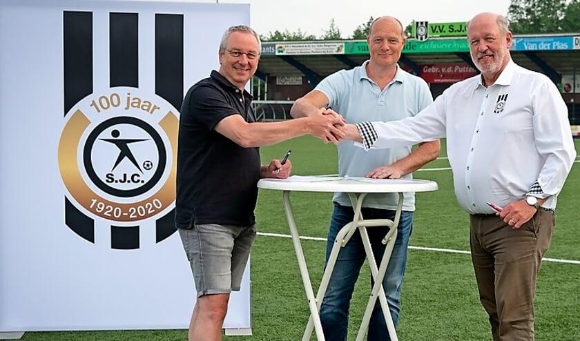 <p>Trainer Marcel IJzendoorn bevestigt met een handdruk de overeenkomst met SJC.&nbsp;</p>