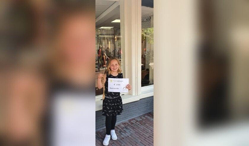 <p>Jaylinn doneerde haar haren plus een cheque van 1500 euro aan Stichting Haarwensen.&nbsp;&nbsp;</p>