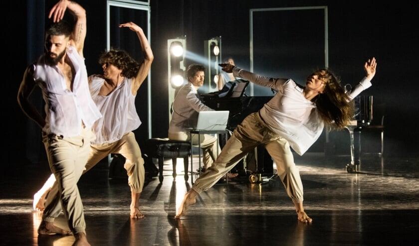 <p>Scene uit The Greenhouse Dances.</p>