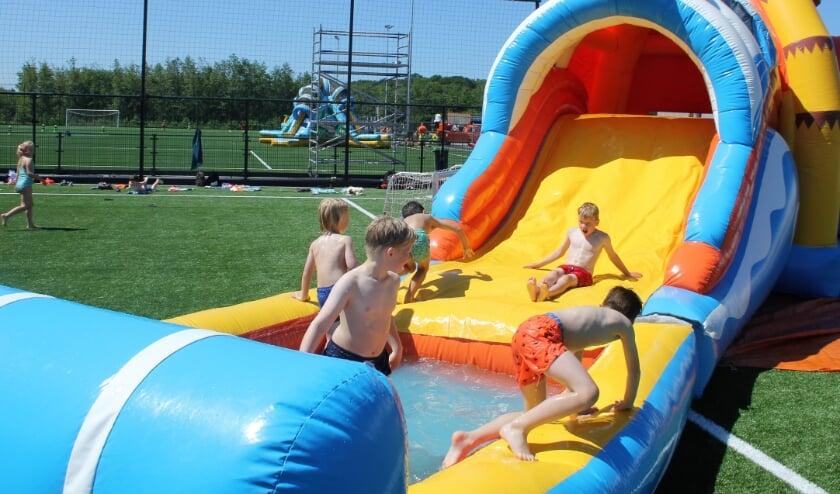 <p>De waterglijbanen waren door het warme weer bijzonder populair.   Foto: Wim Siemerink</p>