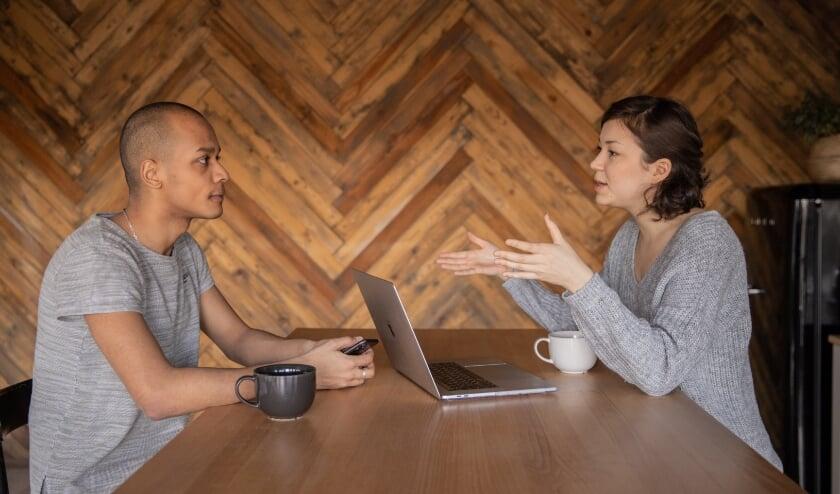 In een gesprek gaan klant en welzijnscoach samen op zoek naar passende activiteiten die aansluiten bij de interesses van de klant.