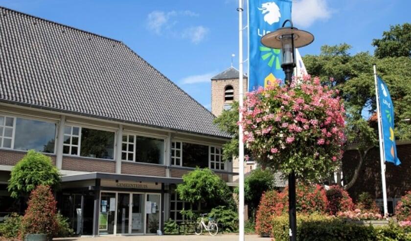 De bakken en zuilen met vrolijke geraniums zijn in het centrum van Lisse op diverse plekken te zien, zoals bij het gemeentehuis.