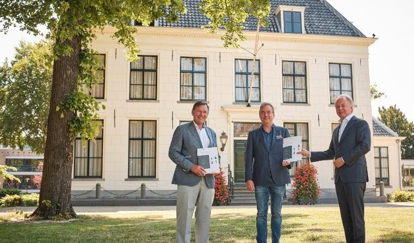 Voorzitter Jan Bout en directeur Lars Flinkerbusch van de Economic Board presenteren het Verslag Economische Agenda aan wethouder Jan van Rijn, de voorzitter van het bestuurlijk overleg Economie Duin- en Bollenstreek.