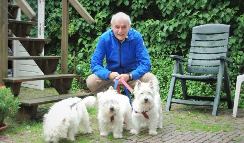 <p>Rob Siekmann - bewegen is zijn passie - samen met zijn hondjes. | Foto Willemien Timmers</p>