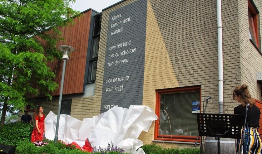 <p>Op de gevel van Peter van Schie en Judith Surie pronkt het nieuwe gedicht. | Foto Willemien Timmers</p>