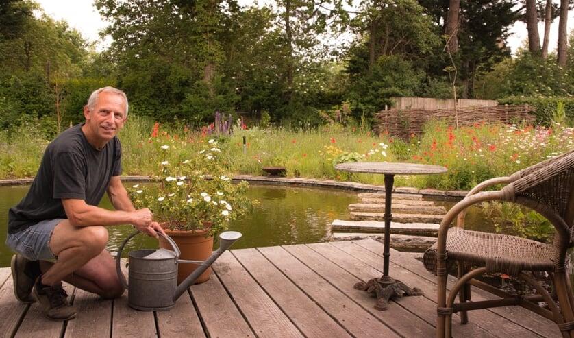 <p>Ad van Nieuwland in zijn natuurrijke tuin.</p>