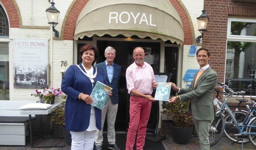 <p>De burgemeester name bij Royal de honderdste Kernpunten in ontvangst.   Foto: Ina Verblaauw</p>