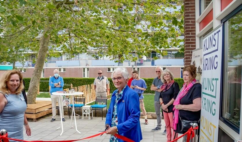 <p>Myrna Dop knipt het lint door waarmee het museum officieel weer open is. Links Joke Larrewijn-Schillemans van de Kunstkring Leiderorp. Voorzitter Bob Reidsma van het Leiderdorps Museum staat links achteraan.&nbsp;</p>