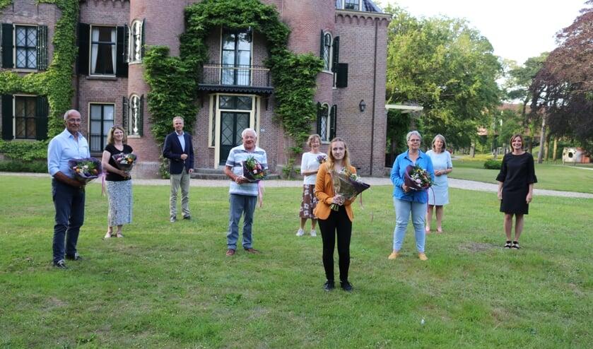Na afloop van de uitreiking bij Kasteel Keukenhof gingen alle winnaars op de foto met burgemeester Lies Spruit, wethouder Jolanda Langeveld en directeur Siemerink van Keukenhof.