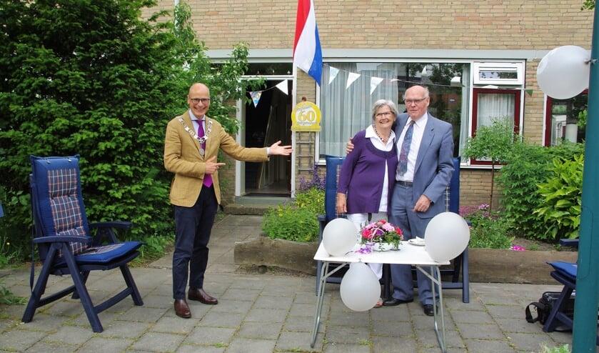 <p>Henk en Henny van Denzen werden door Emile Jaensch in het zonnetje gezet. | Foto Willemien Timmers</p>