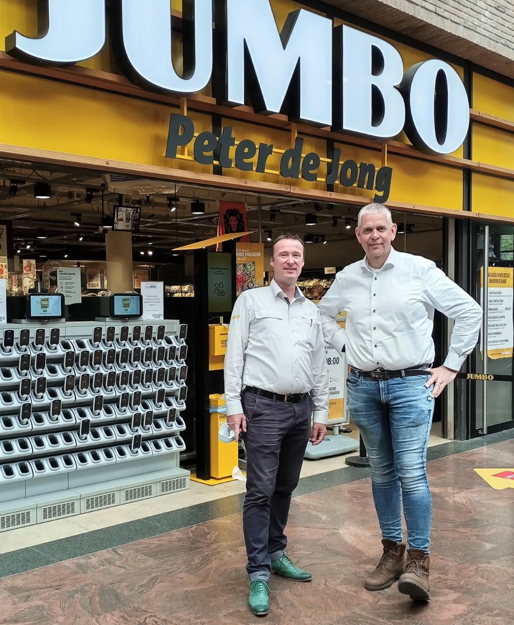 <p>Rien de Haas en Peter de Jong tijdens &eacute;&eacute;n van hun laatste dagen bij de supermarkt in Winkelcentrum Lange Voort.   </p>