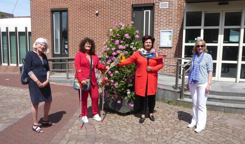 <p>Burgemeester Verkley te midden van de bestuursleden Gwen Kruizinga, Hermine Verburg, Karin van der Lans.</p>