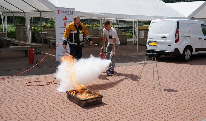 <p>Met aanwijzigen van de instructeur van Paraat blust Teun Peters van Alecto een gasbrandje. | Foto: C. v.d. Laan</p>