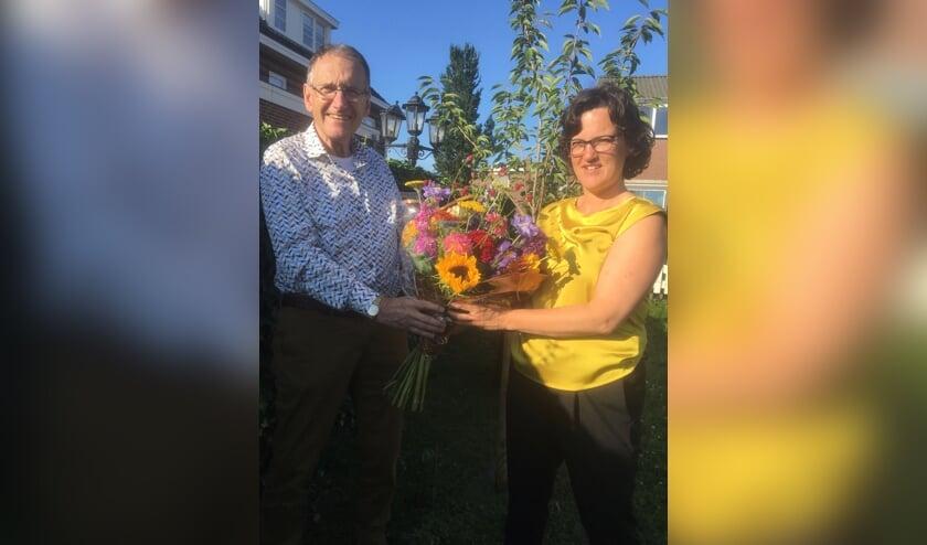 Mirjam Mack ontvangt de bloemen van voorzitter Frans Plevier.