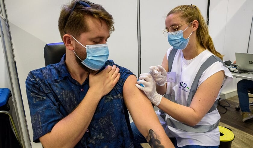 Vaccinatie van een arbeidsmigrant door de GGD.