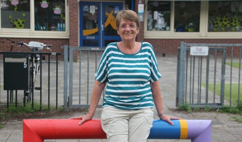 <p>Carla voor de ingang van De Giraf: &quot;Ik ga de kinderen, het werk en mijn collega&#39;s enorm missen.&quot; | Foto en tekst: Annemiek Cornelissen.</p>